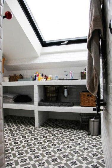 simulateur couleur chambre une salle de bain sous pente avec du carrelage métro