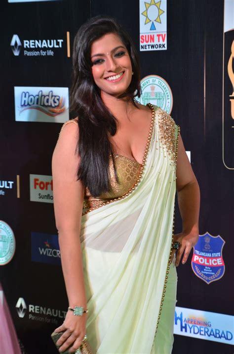 actress varalakshmi hot   iifa utsavam tamilnext