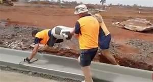 Bordure En Ciment : des ouvriers ont une technique trange pour lisser une ~ Premium-room.com Idées de Décoration