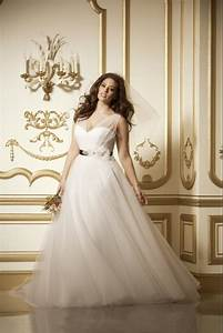 10 beautiful plus size wedding dresses you39ll love huffpost for Wedding dresses for curvy figures