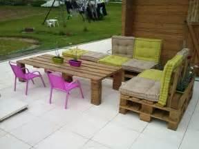 salon de jardin en palettes aux couleurs actuelles