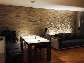 wohnzimmer mit essbereich mit dunklen möbeln und steinwand aus riemchen als wandverkleidung - Steinwand Wohnzimmer Riemchen