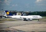 File:Lufthansa Boeing 747-400, SIN.jpg - Wikimedia Commons