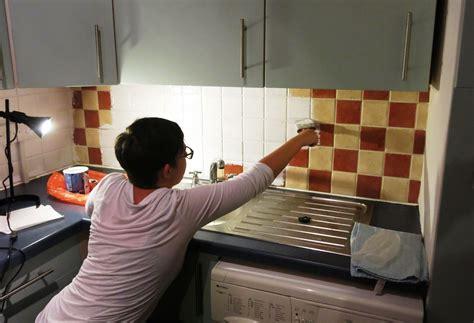 renovar la cocina  el bano pintando simplemente los