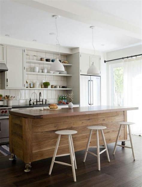 bar dans une cuisine le comptoir en bois recyclé est une tendance à