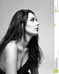 Fille Noir Et Blanc : portrait de studio de belle fille vue de profil noir et ~ Melissatoandfro.com Idées de Décoration
