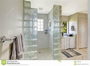 Douche Mur Verre : douche avec l 39 quilibre de bloc en verre photo stock ~ Zukunftsfamilie.com Idées de Décoration