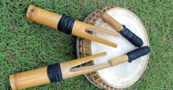 Alat musik ini dimainkan dengan diiringi oleh gong. 4 Alat Musik Tradisional Gorontalo, Gambar, dan Penjelasannya | Adat Tradisional