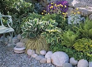 bordure de galets massif de vivaces a feuillage decoratif With comment amenager un jardin tout en longueur 12 quatre idees deco pour amenager votre terrasse maison