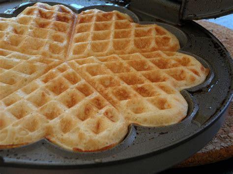 In a separate bowl or stand mixer, beat together the eggs, sour cream, vanilla, and granulated sugar until well combined. Waffeln-Das Grund-Rezept - Rezept mit Bild - kochbar.de