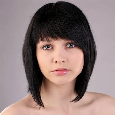 langer bob mit schwarzen haaren und blauen augen