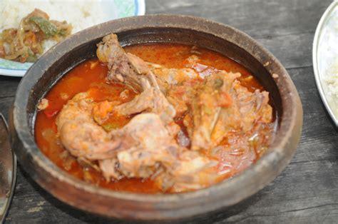 cuisine ivoirienne kedjenou file kedjenou poulet sauce jpg wikimedia commons