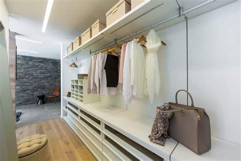 Das Ankleidezimmer Moderne Wohnideenankleideraum In Weiss by Begehbarer Kleiderschrank Ankleidezimmer Arkitura