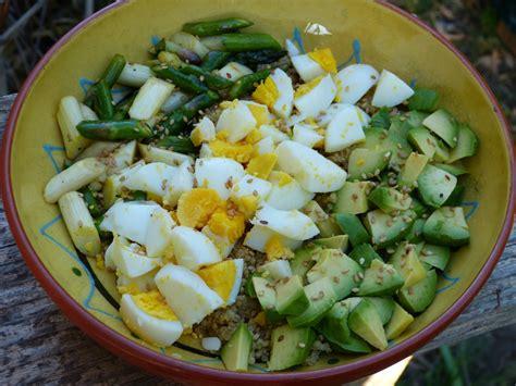 cuisiner l asperge power bowl aux asperges avocat et oeufs par gourmicom