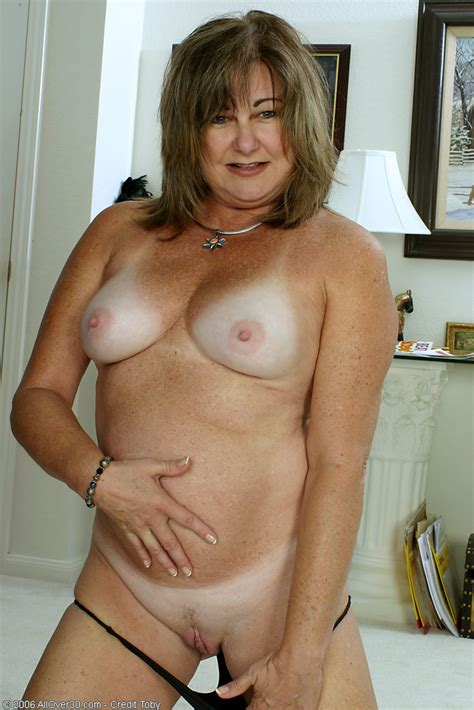 sexy Freckle Chested older Woman With Tanlined natural Boobs pichunter