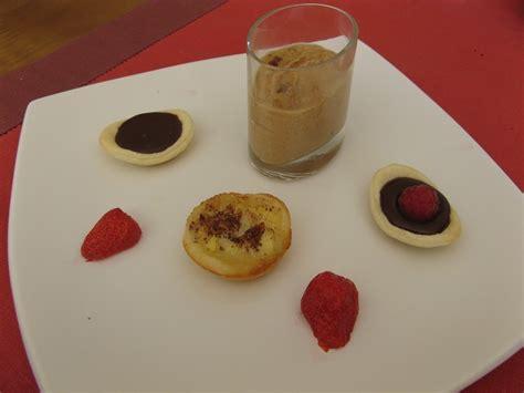 mathilde en cuisine assiette gourmande pour le dessert a la table de gaelle