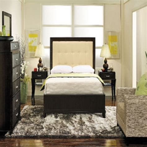 queen bed in small bedroom how to arrange a small bedroom with a bed 4 tips 19576