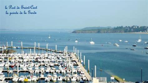 port de cast le port avec la vue sur la pointe de la garde photo de le port de cast cast le