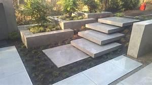 Terrassen Treppen In Den Garten : modern backyard terrasse mit wasserfall bank pflanzk sten und treppe ~ Orissabook.com Haus und Dekorationen