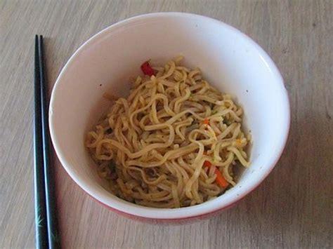 cuisiner les nouilles chinoises les nouilles chinoises aux légumes une recette facile