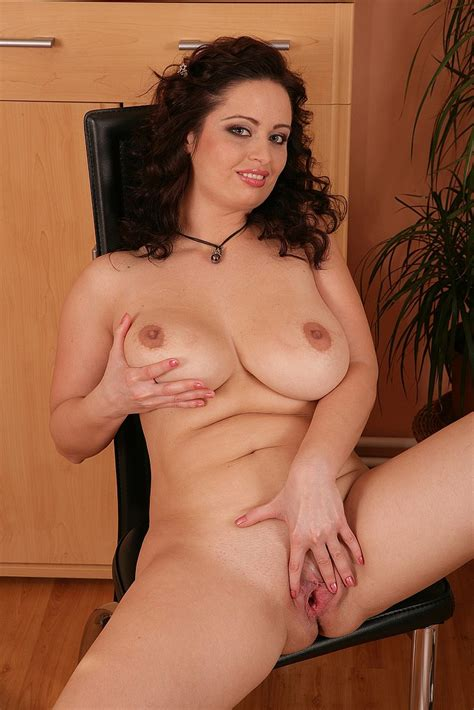curly haired milf sirale display her mouth waterin milf fox