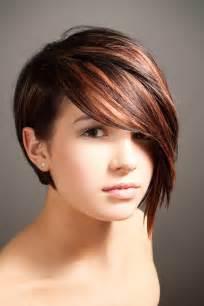 coupe de cheveux coupe asymétrique pour femme aux cheveux courts coiffure tendance femme 2017