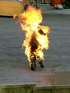 Pastor se suicida durante protesto ateando fogo ao corpo