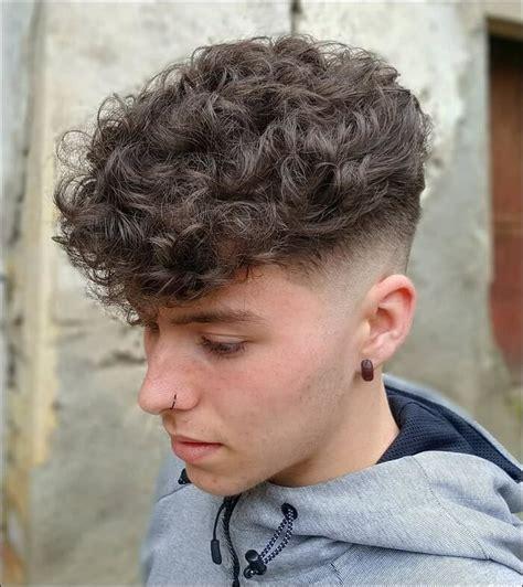 mittlere laenge maenner haarschnitt fuer lockiges haar