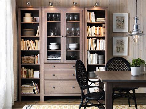 Arbeitszimmer Ikea Hemnes by Ein Raum Mit Hemnes Vitrine Mit 3 Schubladen Und Hemnes