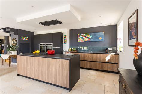 cuisine en noir cuisine noir et blanc et bois