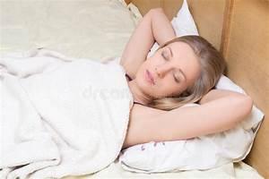 Lit Jeune Fille : la jeune belle fille dort dans le lit image stock image du sain couverture 39891059 ~ Teatrodelosmanantiales.com Idées de Décoration
