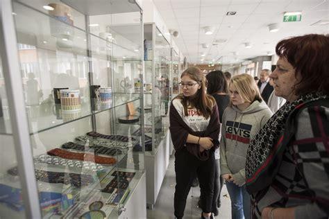RTU dāvinājumā saņem Mendeļejeva tabulu kolekciju | Rīgas ...