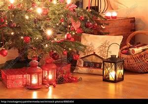 Weihnachtsgeschenke Auf Rechnung : weihnachtsgeschenke unter dem baum stock photo ~ Themetempest.com Abrechnung