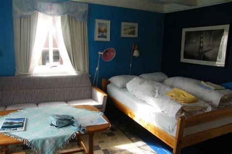 une chambre minuscule et encombrée un décor vieillot et
