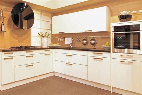 cocina moderna blanco mate  encimera granito negro