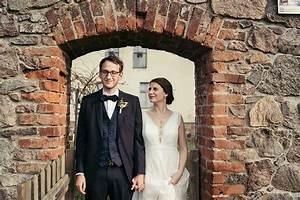 Ferienscheune Barnimer Feldmark Witziges Brautpaarfoto Mit G Sten