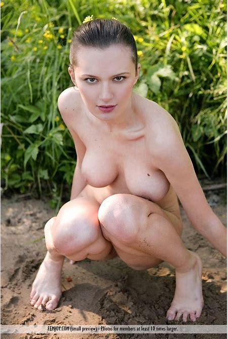 Nude Girls DB » Muddy Nude Girl