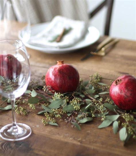 Weihnachtsdekoration Tisch Selber Machen by Granat 228 Pfel Und Frische Zweigen Auf Den Tisch Stellen