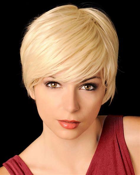 blonde feminine kurzhaarfrisur mit seitenscheitel blonde