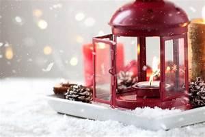 Lanterne De Noel : bougies de no l avec des c nes de sapin lanterne d coration de no l et neige hiver ou concept ~ Teatrodelosmanantiales.com Idées de Décoration