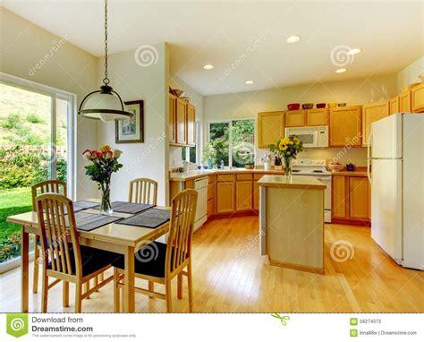 cuisine en dur cuisine d 39 or en bois avec la salle à manger et le bois dur