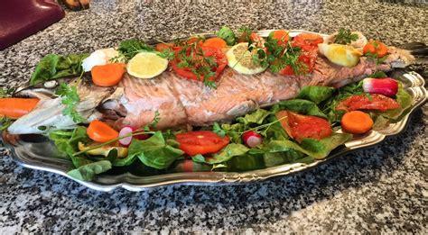 cuisiner un saumon entier saveur indigo saumon frais cuit à la poissonnière
