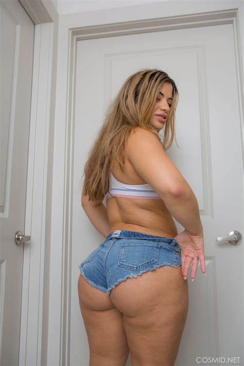 Sexy Bbw In Booty Shorts Showing Off Her Huge Round Ass