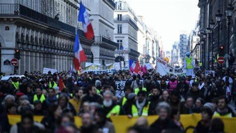 France Syndicats Et «gilets Jaunes» Défilent Main Dans La