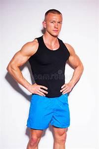 Image Homme Musclé : image d 39 homme de muscle posant dans le studio dans le t shirt noir image stock image du ~ Medecine-chirurgie-esthetiques.com Avis de Voitures