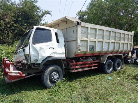 dump truck muatan batu tabrak minibus  cigudeg bogor