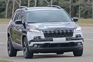 Jeep Cherokee 2018 : 2018 jeep cherokee prototype hints at single unit headlights trackhawk rumored autoevolution ~ Medecine-chirurgie-esthetiques.com Avis de Voitures