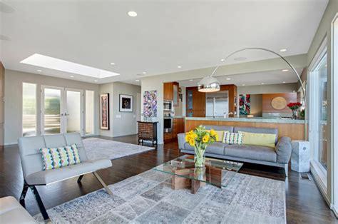 salon salle a manger cuisine ouverte maison avec vue splendide sur l océan en californie vivons maison
