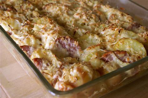 cuisiner une saucisse de morteau saucisse de morteau en gratin de pommes de terre une