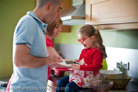 famille cuisine séance famille en cuisine céline rémy bébé